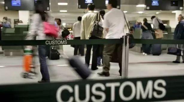 刚下飞机电话报平安,却当场被捕遣返!使馆重磅提醒!