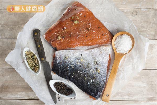 鲑鱼富含omega-3脂肪酸,可以降低坏胆固醇和三酸甘油脂。