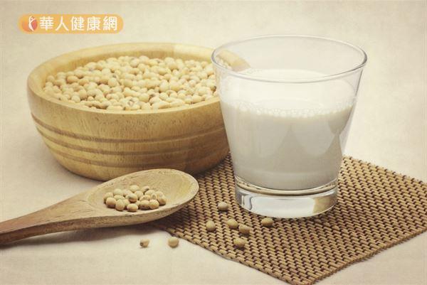黄豆有助降低坏胆固醇,适量喝豆浆、吃豆腐有益健康。