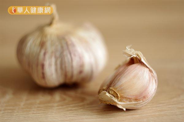 大蒜不但有助预防感染,也能降血压、降胆固醇。