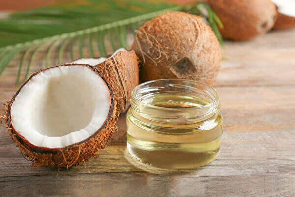 油拔法就是用油漱口,拔出口腔内细菌,从而预防和改善牙龈发炎、口臭等许多口腔疾病。(Shutterstock)