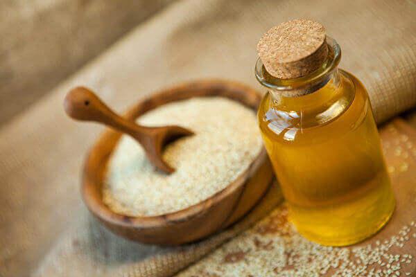 在印度用芝麻油做油拔法已经有很长的传统。其它适合漱口的油类还有椰子油、脱臭的葵花籽油。(Shutterstock)