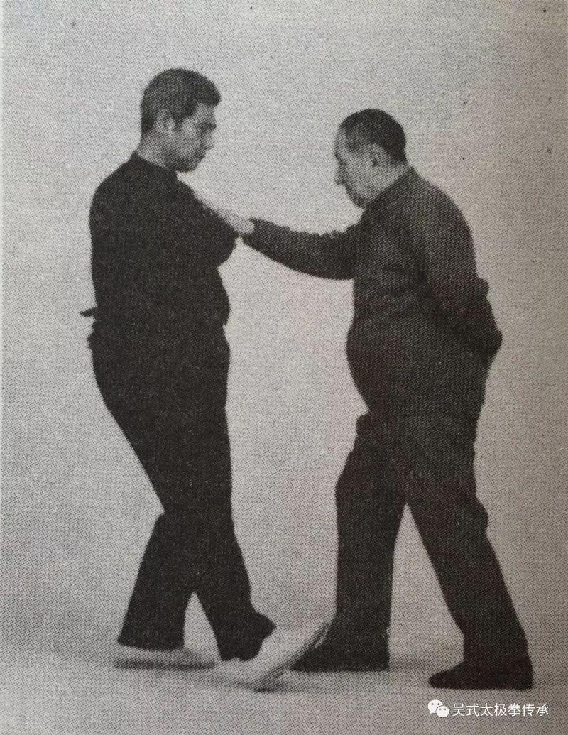 吴式第三代前辈拳照之马岳梁推手示范